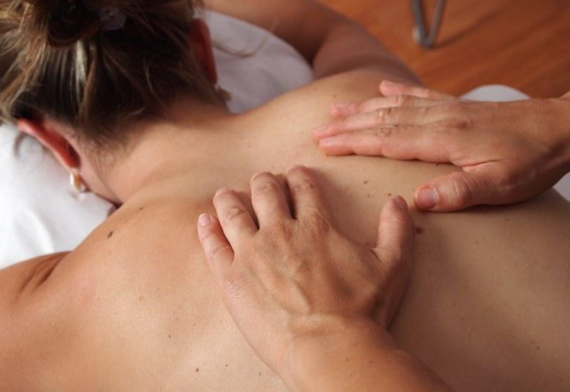 Vous avez la technique très simple de déposer vos mains sur les zones sensibles de façon douce et de créer un mouvement lent et suave, cette technique va procurer une détente totale.  Nappilla