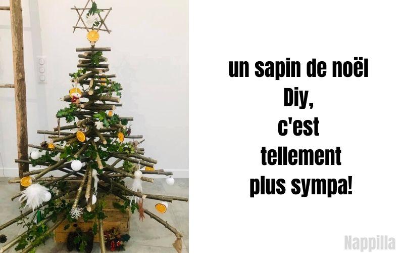 Voici un sapin de Noël zéro déchet DIY ! Noisetier du jardin, bois de palette récupéré, pommes de pin, guirlande de houx, oranges sécher, boules seconde main. Cet arbre et une réussite parfaite pour un noël ZD